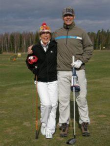 Pia-Liisa Meriranta ja Pekka Onttonen iloisissa tunnelmissa ennen avauslyöntejään PL 1 teellä